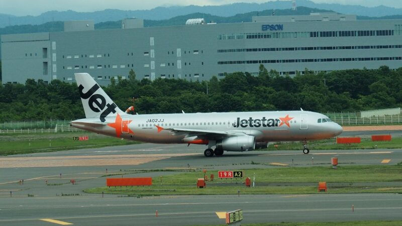 新千歳空港を離陸するジェットスターの飛行機