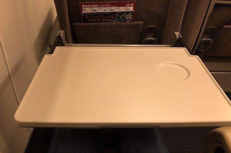 E5系グリーン車 テーブル
