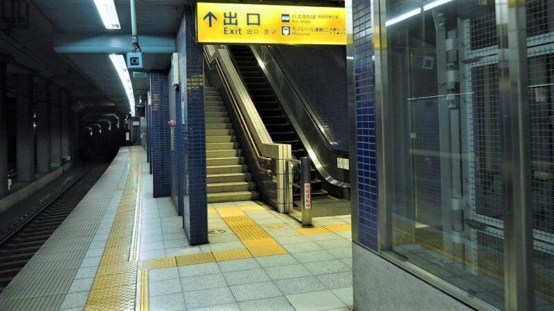 京急線天空橋駅出口階段・エスカレーター