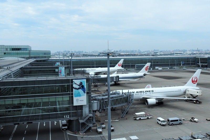 羽田空港第3ターミナルに駐機しているJALの飛行機