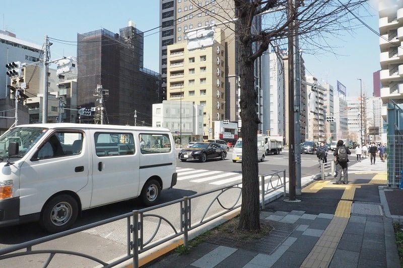 泉岳寺駅から出てすぐの第一京浜
