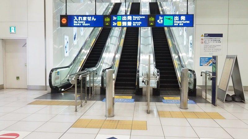 京急線羽田空港第3ターミナル出発ロビー行きエスカレーター