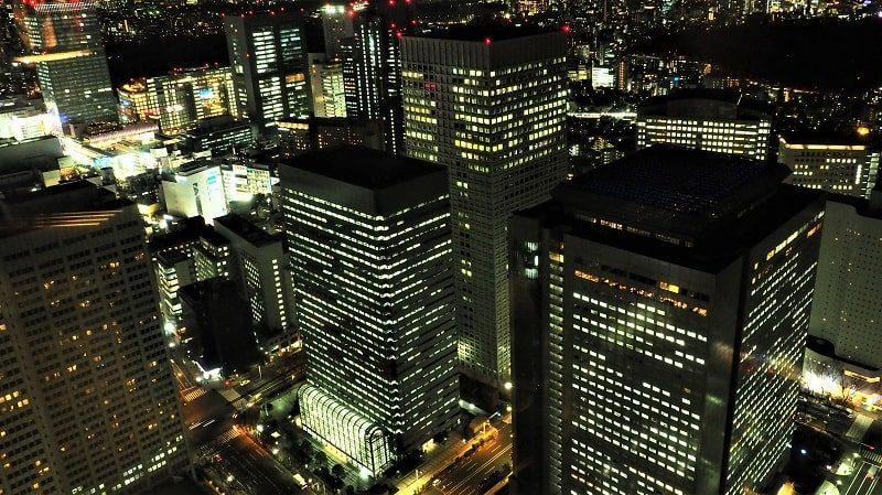 東京都庁北展望室から見る夜の新宿駅