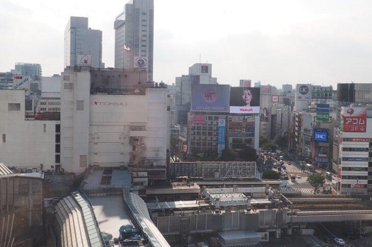 9階 ヒカリエホールロビーから見た渋谷駅