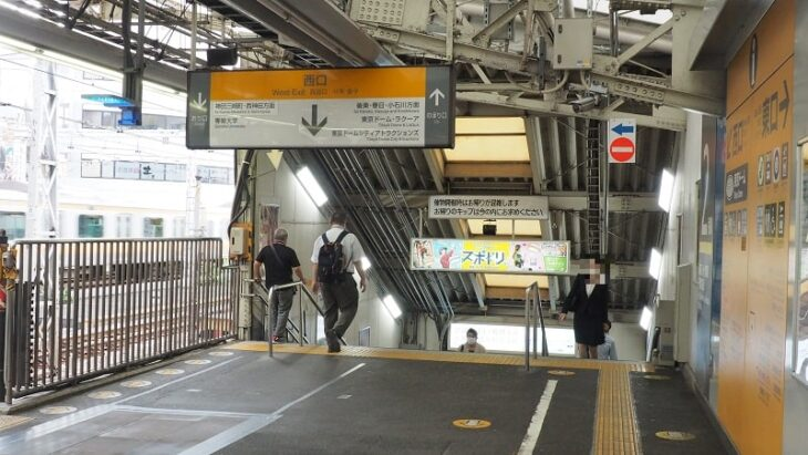 JR水道橋駅西口改札への階段